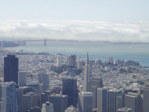 Une chape de brume recouvre le Golden Gate Bridge